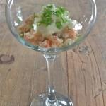 Glaasje met avocado, krab en appel-kwarktopping