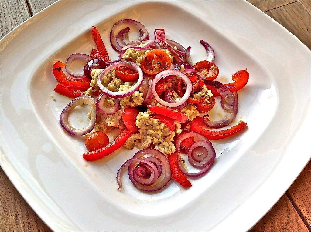 Hartige havermout met rode ui, zongedroogde tomaatjes en paprika - www.truitjeroermeniet.be