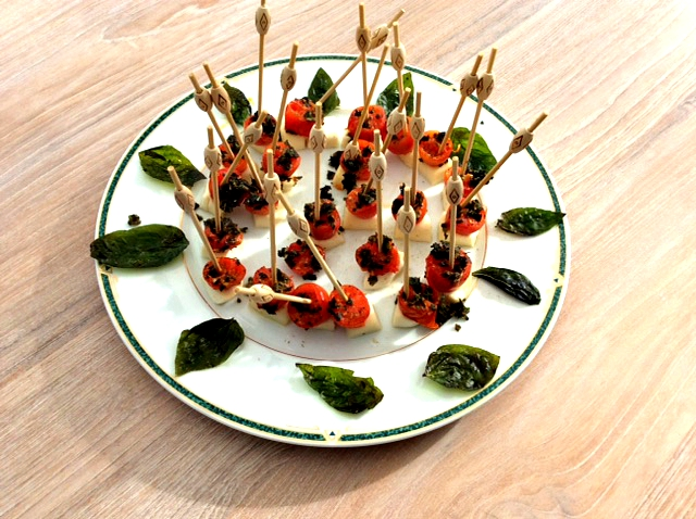 Eenvoudig hapje van mozzarella en kerstomaatjes - www.truitjeroermeniet.be