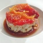 Ondergaande zon in hapje van bloedsinaasappel, feta en rode ui