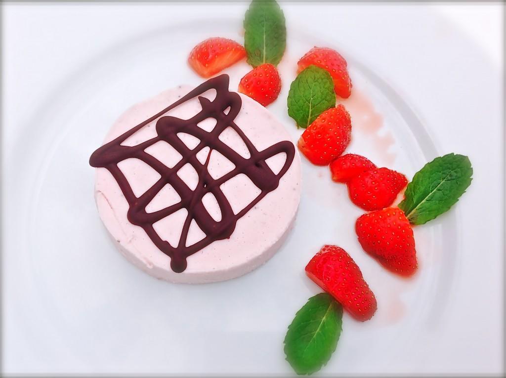 Panna cotta van aardbei met chocoladefiguur - www.truitjeroermeniet.be