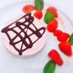 Panna cotta van aardbeien met chocoladefiguur