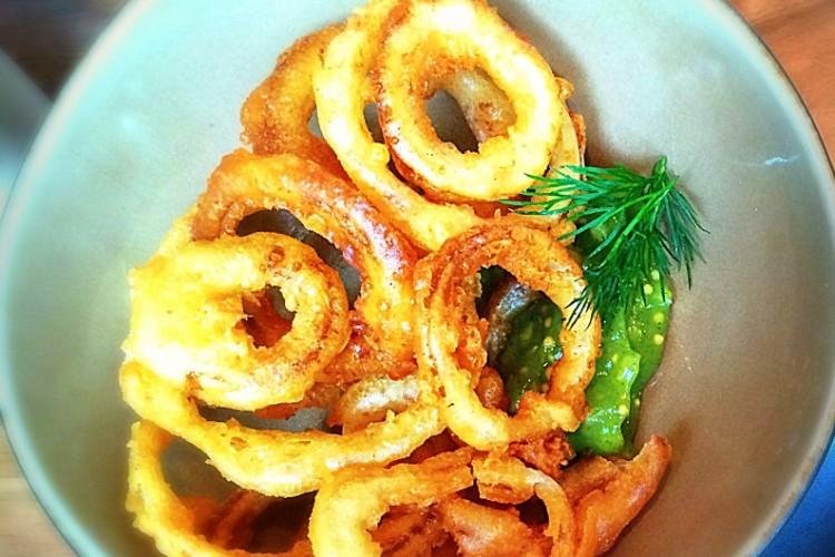 Onionrings met courgettedip