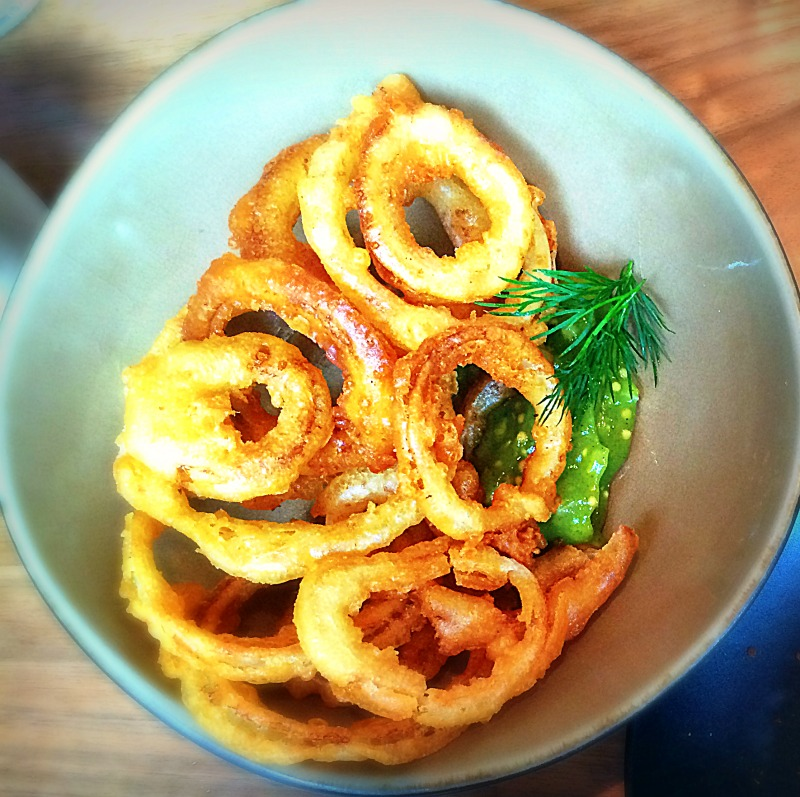 Onion rings met courgettedip - Restaurant Publiek