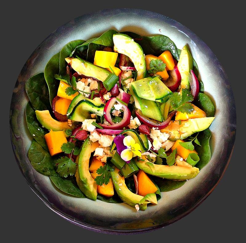 Salade van spinazie, courgettelinten, avocado en mango - www.truitjeroermeniet.be