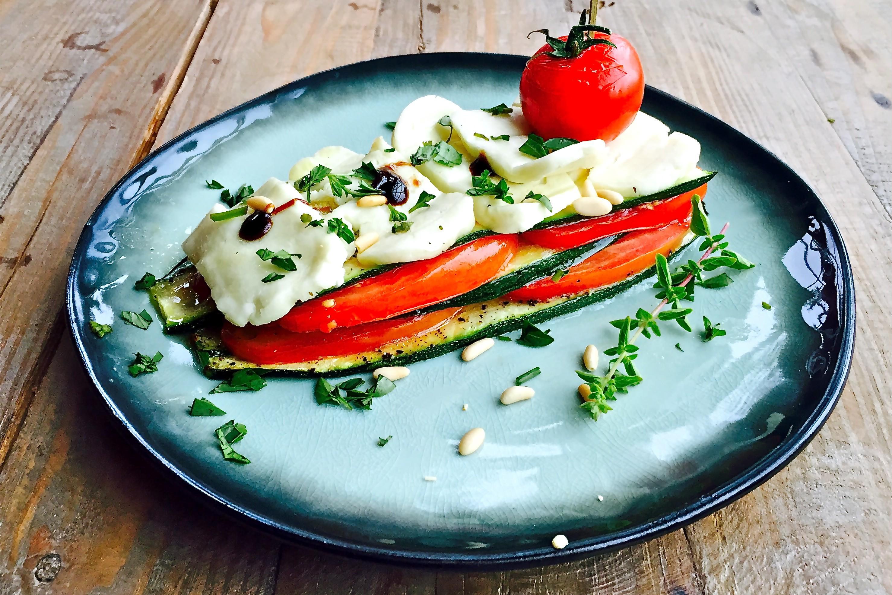 Laagjes van Halloumi met tomaat, courgette en pijnboompitten - www.truitjeroermeniet.be