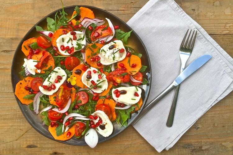 Salade van zoete aardappel met geitenkaas en granaatappel - www.truitjeroermeniet.be
