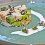 Tartaar van kiwi en gerookte forelfilet met zure room en mierikswortel