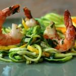 Groene en gele courgetti met scampi en pesto