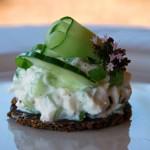 Pumpernickelhapje met ricotta en komkommer