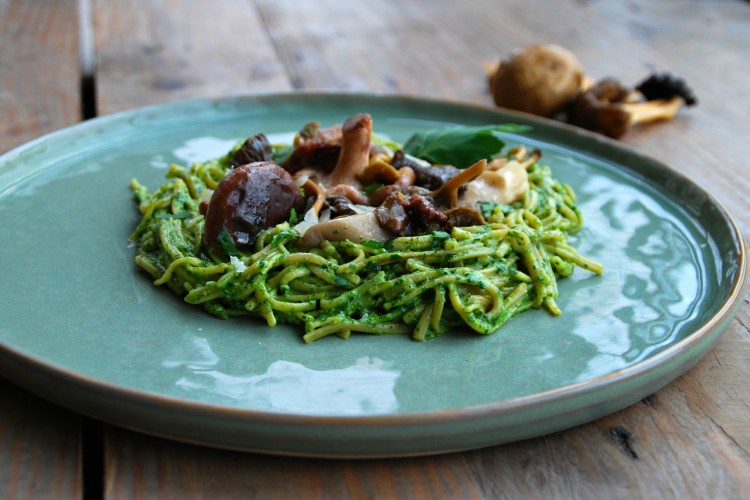 Sobanoedels met paddenstoelen en peterseliepesto