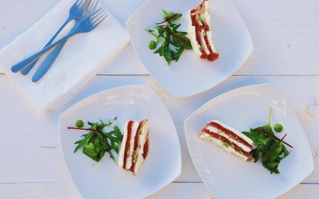 Terrine van geroosterde tomaat, pesto, mozzarella en serranoham - www.truitjeroermeniet.be