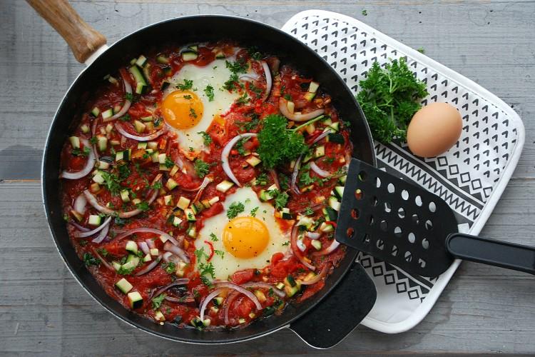Eenpansgerecht van eieren in lichtpittige groenten - www.truitjeroermeniet.be