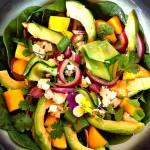 Salade van spinazie, courgettelinten, avocado en mango