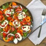 Salade van zoete aardappel met geitenkaas en granaatappel