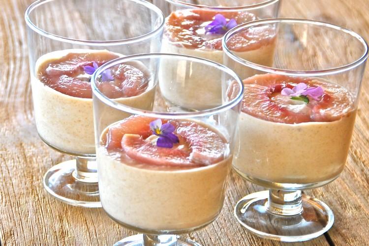 Perzikenmousse met geconfijte perziken en viooltjes - www.truitjeroermeniet.be