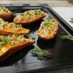 Ovengebakken zoete aardappel gevuld met quinoa
